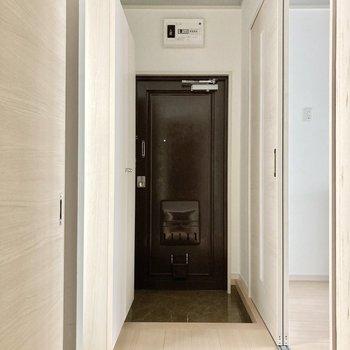 玄関前にも窓があるの!どこにいても明るいお部屋です。