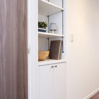 廊下には、高さの調節ができる棚があります。日用品のストックなどに重宝しそう。