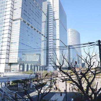 バルコニー正面の眺望。都心暮らしならでは、高層ビル群が望めます。