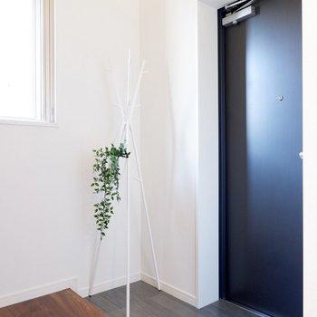 ゆったりとした玄関スペース。コート掛けなどが置けますよ。