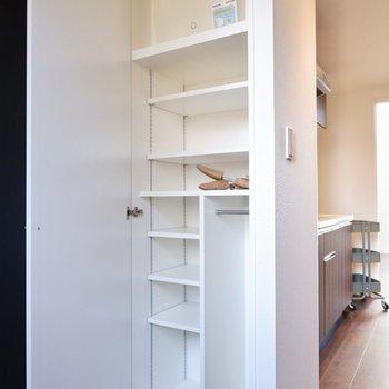 高さのあるシューズボックス。棚の高さは調節が可能です。