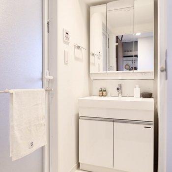 洗面スペースは清潔感たっぷりな白一色。