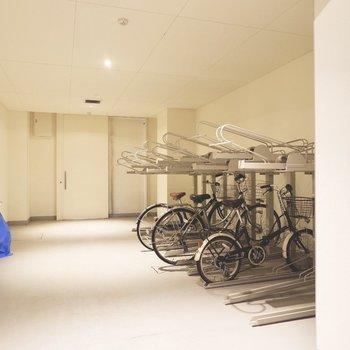駐輪スペースは屋内に。雨の日も自転車が濡れる心配がありません。