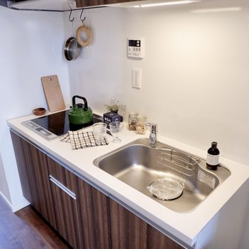 フロアと統一感のある木目パネルのキッチン。大きなシンクが嬉しいですね。