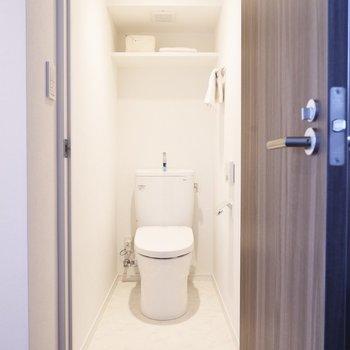 奥行きのあるトイレ。上部には棚付きです。