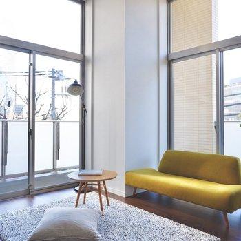 窓が高く、室内にはたっぷり日が差し込みます。