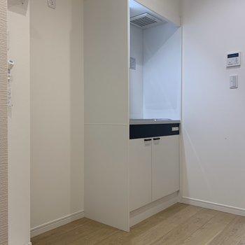 キッチン周りには冷蔵庫が置けるスペースがしっかりありますよ。