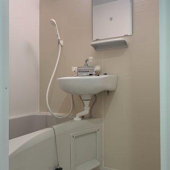 浴室乾燥付きの2点ユニットバス。シャンプー類が置けるでっぱりも便利。