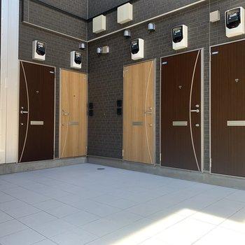 玄関はこんなふうに各部屋が並んでいます。