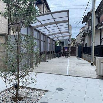 駐輪場は屋外ですがしっかり屋根付き。大切な自転車を日焼けや雨から守ってくれますね~。
