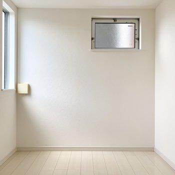 こちら洋室。玄関入ってすぐ右側に。(※写真は2階の同間取り別部屋のものです)