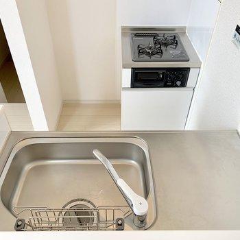 コンロ横に冷蔵庫が置けます◎(※写真は2階の同間取り別部屋のものです)