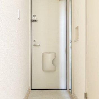 シューズボックスの扉に姿見付き。(※写真は2階の同間取り別部屋のものです)