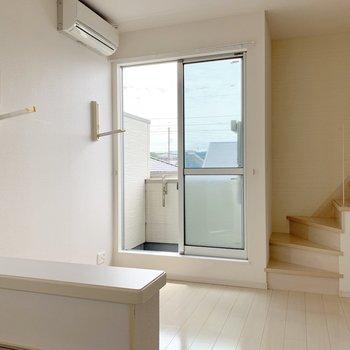 エアコン下に部屋干し用フック有り。(※写真は2階の同間取り別部屋のものです)