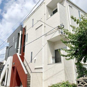 手前、赤い階段の建物です。
