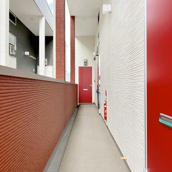 気が引き締まりそうな配色の共用廊下。
