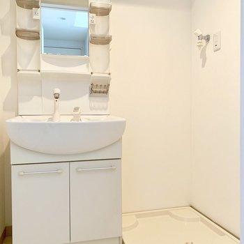 脱衣所に洗濯機を置けます。(※写真は2階の同間取り別部屋のものです)