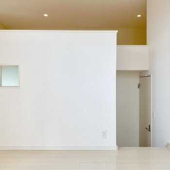 右下へ降りて玄関や洋室へ。(※写真は2階の同間取り別部屋のものです)