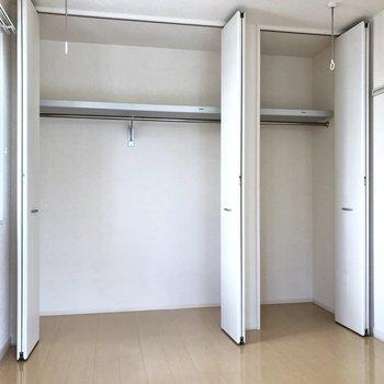 【洋室】収納充実です。丈の長い衣類もすっきり収納できますね。