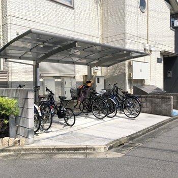 駐輪スペースは安心の屋根付きです。