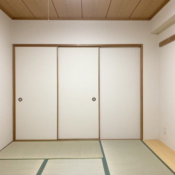 和室は壁も天井もしっかり和テイスト。