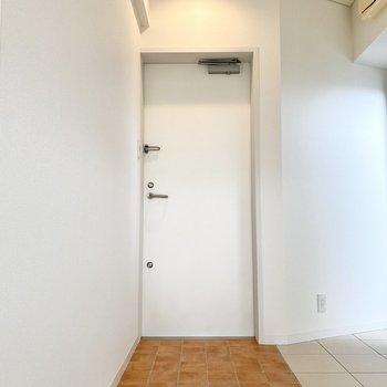 玄関はフラットなタイプ。横にシューズボックスを置くと良さそうです。