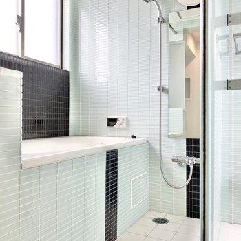 お風呂も同じタイルで仕上げられています。窓があるので換気しやすいです。