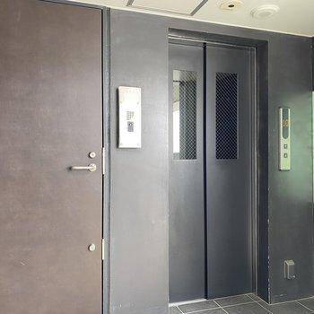 共用部の扉がヴィンテージっぽくてかっこいいんです。