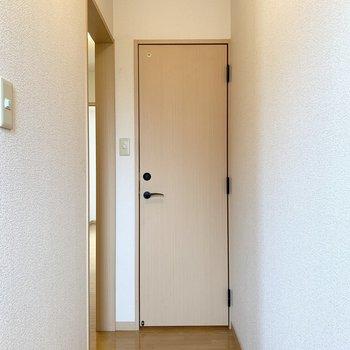 キッチンの突き当りを曲がるとすぐの位置に、