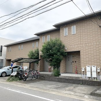 駅から3分、一軒家が連なったような外観のアパートです。