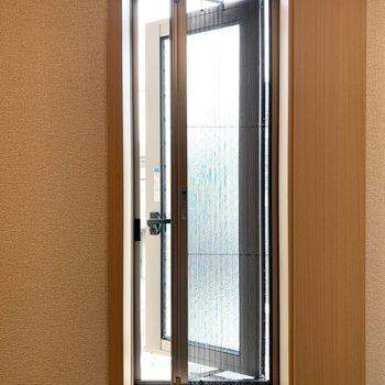 窓は開閉可能で網戸も付いています。