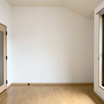 まずは斜めの天井が良いな〜と思う洋室から。