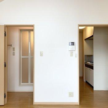 ユーティリティのドアと、廊下へのドアです。