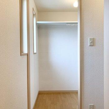 右側にはなんと大きなウォークインクローゼット!これがこのお部屋の魅力なんです。