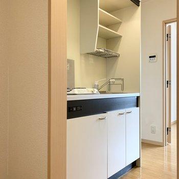 お次はもうひとつのドアへ。廊下に出てすぐの位置にキッチン。