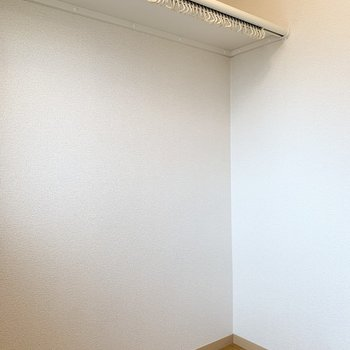 窓もライトも付いて、広さもたっぷり◎ひとり暮らしのお部屋でこのサイズのWICはなかなかありませんよ!