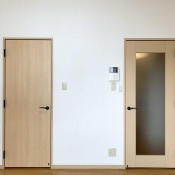 窓の対面にはドアがふたつ。