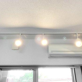 スポットライトがお部屋を照らしてくれています。