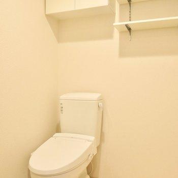 トイレも同じ空間に。上の棚が便利ですね(※写真は9階同間取り別部屋のものです)