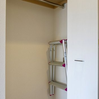 クローゼットにある脚立を使いましょう(※写真は9階同間取り別部屋のものです)