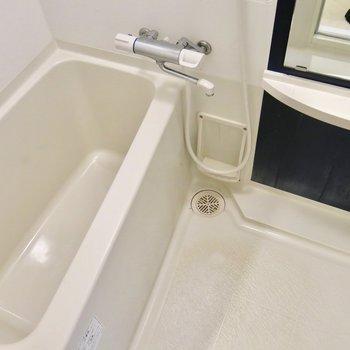 スタンダードなお風呂。浴室乾燥機付き(※写真は9階同間取り別部屋のものです)