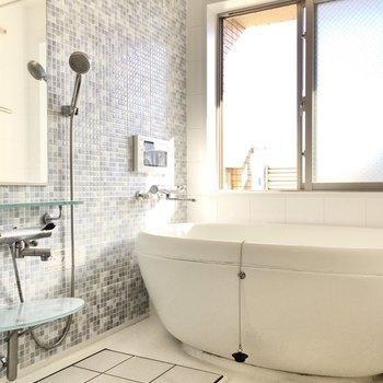 フォルムの可愛いお風呂には浴室TV付き!(※写真は9階同間取り別部屋のものです)