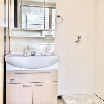 洗面台と洗濯パンはお隣どうし。(※写真は9階同間取り別部屋のものです)