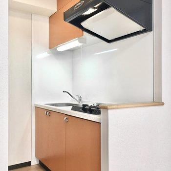 キッチンはフレッシュなオレンジ!(※写真は9階同間取り別部屋のものです)