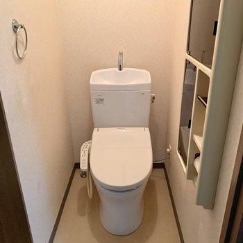 トイレは落ち着く個室。サイドには予備のトイレットペーパーを。