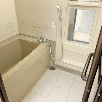 ゆったり浸かれるバスルームは追い炊き付き。鏡とラックも付いています。