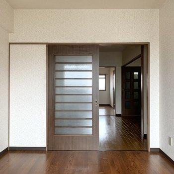 【洋室約6帖】家具は内装に合わせて濃いめのブラウンがいいかな。