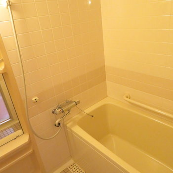 お風呂はタイル調に(※写真は5階同間取り別部屋のものです)