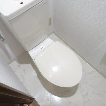 トイレはきちんと独立しています(※写真は1階同間取り別部屋のものです)