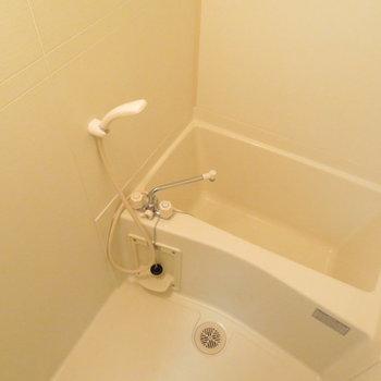 コンパクトで清潔感のあるお風呂(※写真は1階同間取り別部屋のものです)